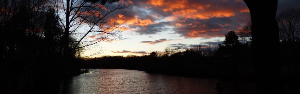 Fiery clouds on the Salmon Falls river